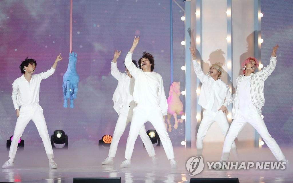 10月26日,在首尔市广津区YES 24 LIVE HALL,男团TOMORROW X TOGETHER(TXT)举行第三张迷你专辑《minisode1:Blue Hour》抢听会。 韩联社