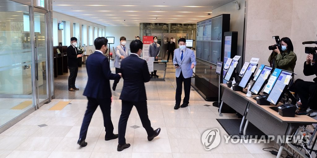 资料图片:10月27日,在位于首尔市江南区三星首尔医院的已故三星集团会长李健熙灵堂,政商界吊客连绵不断。 韩联社