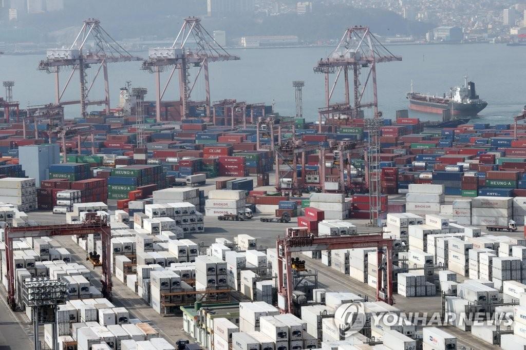 资料图片:釜山港神仙台集装箱码头 韩联社