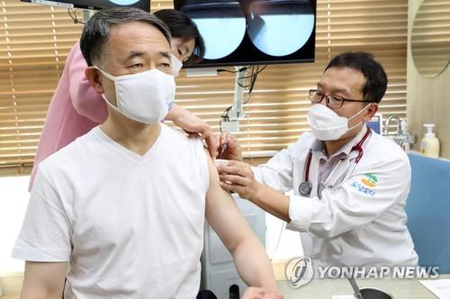 韩福祉部长接种流感疫苗