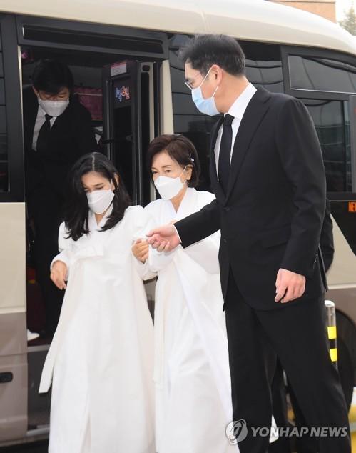 遗属参加李健熙出殡仪式