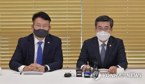 韩防长在韩半岛专门小组座谈上发言