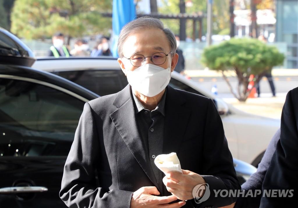 11月2日,在首尔江南区论岘洞,韩国前总统李明博乘车前往首尔东部看守所。 韩联社