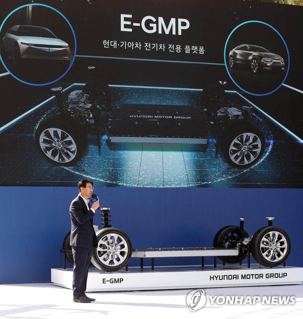 资料图片:现代汽车推介旗下电动汽车专用平台E-GMP。 韩联社