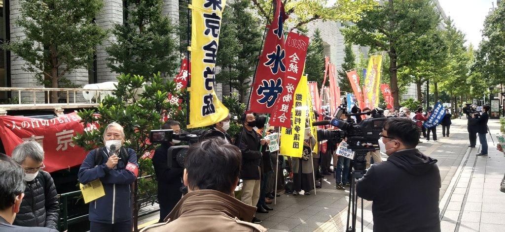 资料图片:10月30日,日本市民团体在三菱重工总部大楼前集会示威,要求三菱重工向二战强征劳工道歉并赔偿。 韩联社