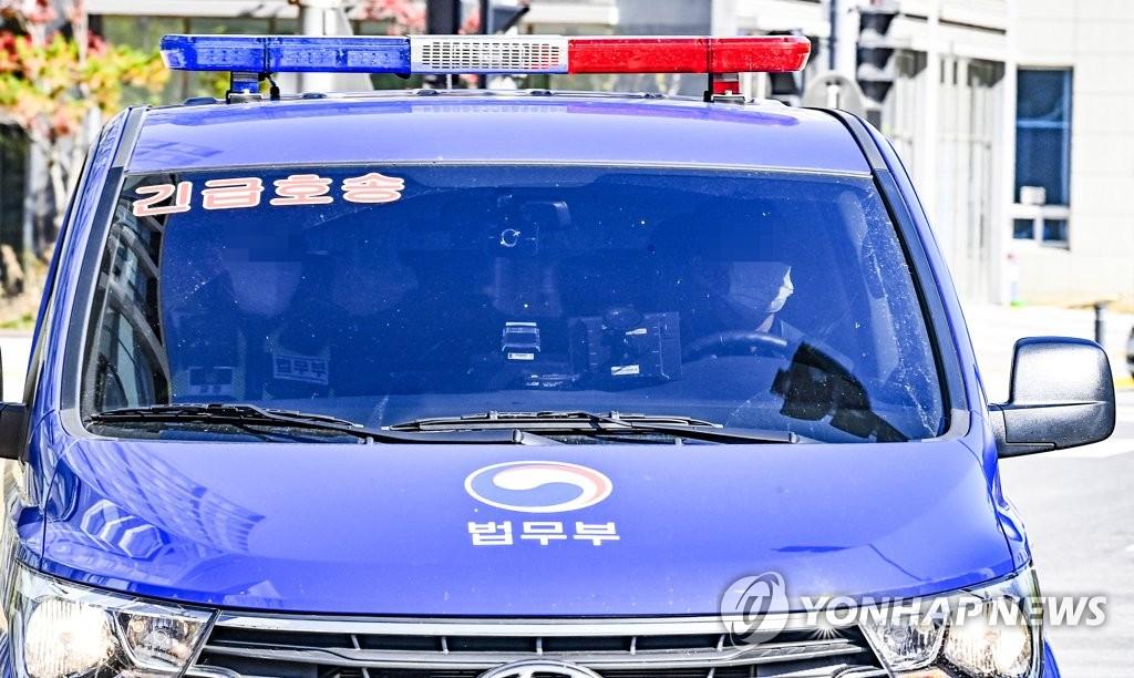 """资料图片:11月2日,水原地方法院刑事12部就""""华城连环杀人案""""的第8起案件进行第9次再审公审,图为犯罪嫌疑人李春在乘坐的车辆。 韩联社"""