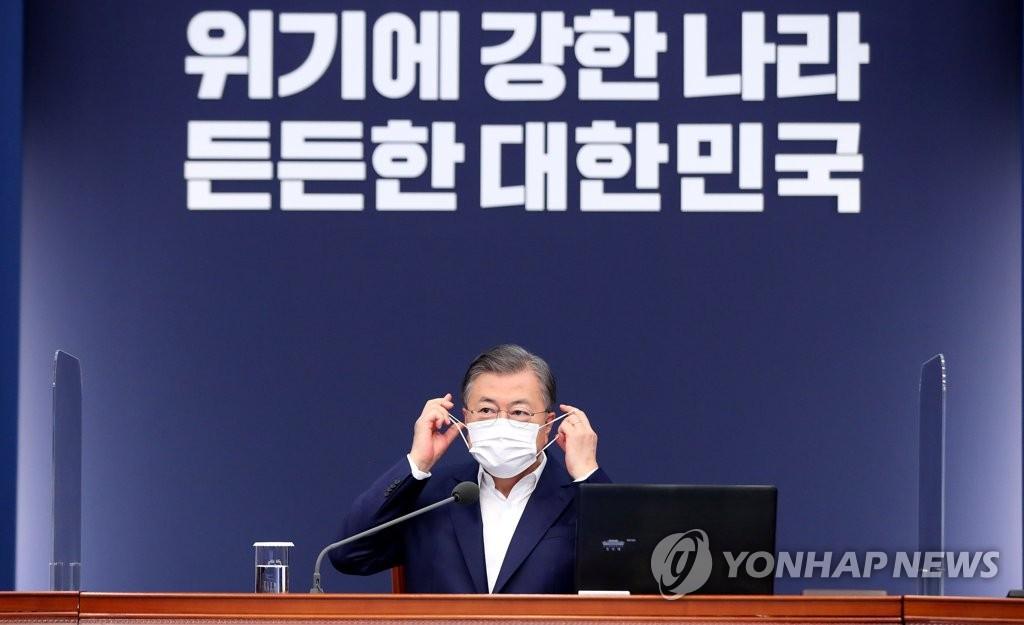 11月2日,文在寅在青瓦台主持召开首席秘书及辅佐官会议。 韩联社