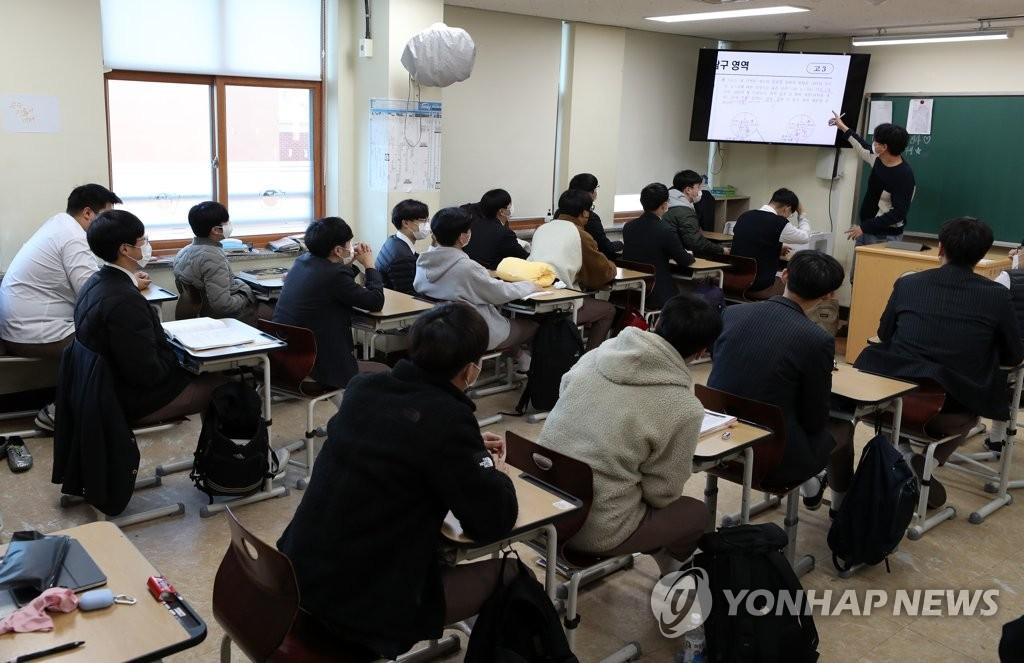 资料图片:高三学生到校上课。 韩联社(图片严禁转载复制)