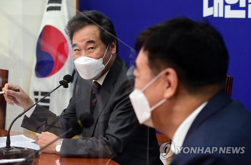 11月3日,韩国执政党共同民主党党首李洛渊(左)在国会会见中国驻韩国大使邢海明。 韩联社