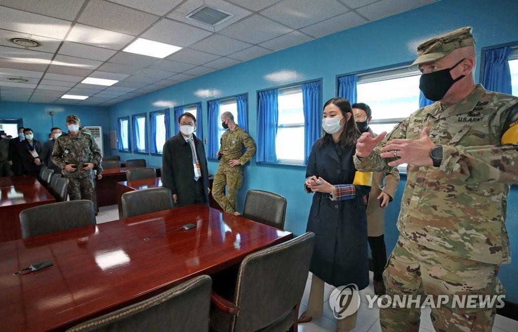 资料图片:11月4日,在韩朝边境板门店的停战委员会会议室(T2),参观研学团听取相关介绍。 韩联社/联合摄影团(图片严禁转载复制)