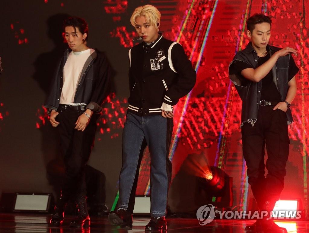 11月4日,在首尔市龙山区,歌手朴志训举行首张正规专辑《MESSAGE》的抢听会。 韩联社
