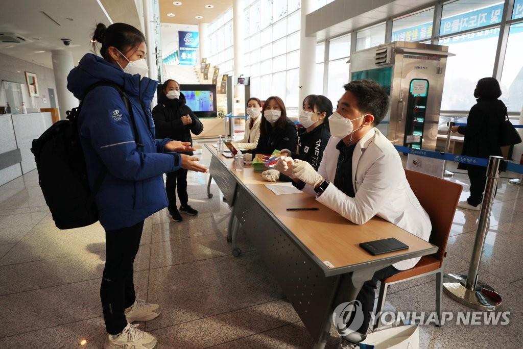 11月5日,因疫情暂时中断运营的忠清北道镇川运动员村时隔8个月重新开放。图为韩国体操运动员入村前接受体温检测。 韩联社