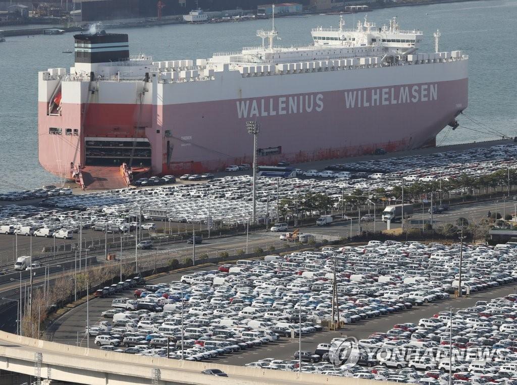 资料图片:2020年11月5日,在现代汽车蔚山工厂出口装卸码头,数以万计的整车等待装船。 韩联社(图片严禁转载复制)