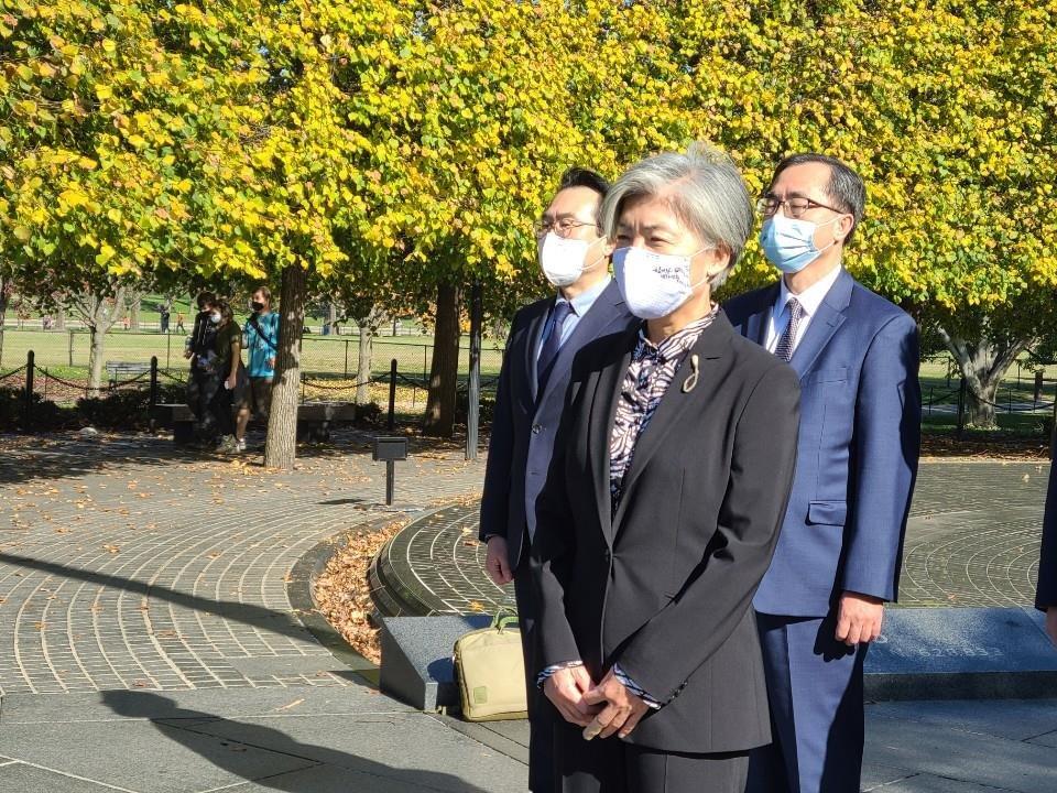 当地时间11月8日,在位于美国华盛顿的韩国战争参战纪念公园,正在美国访问的韩国外交部长官康京和向参战英烈献花。 韩联社