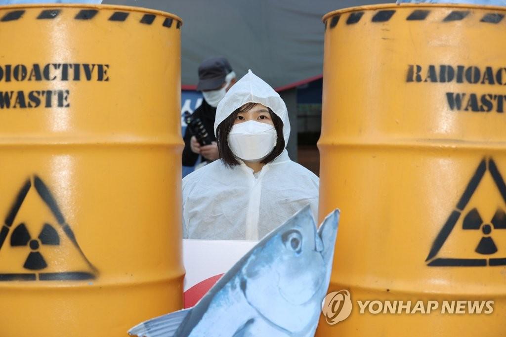 资料图片:11月9日,在首尔钟路区的日本驻韩大使馆旧址前,市民举行集会反对日方核污水入海计划。 韩联社