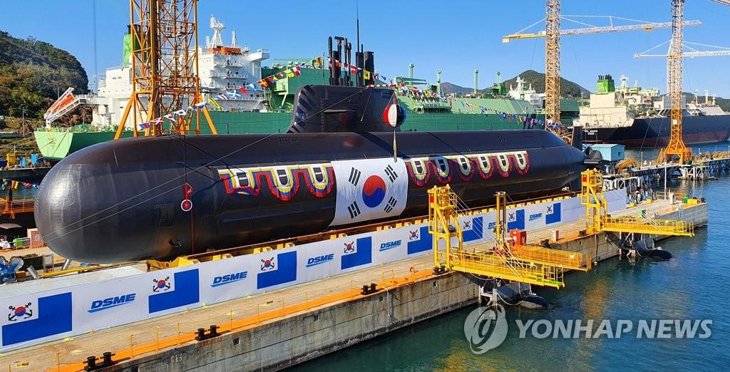 """11月10日,在庆尚南道巨济市大宇造船海洋玉浦造船厂,韩军自主研制的第二艘中型潜艇""""安武""""艇(3000吨级)举行下水仪式。 韩联社"""