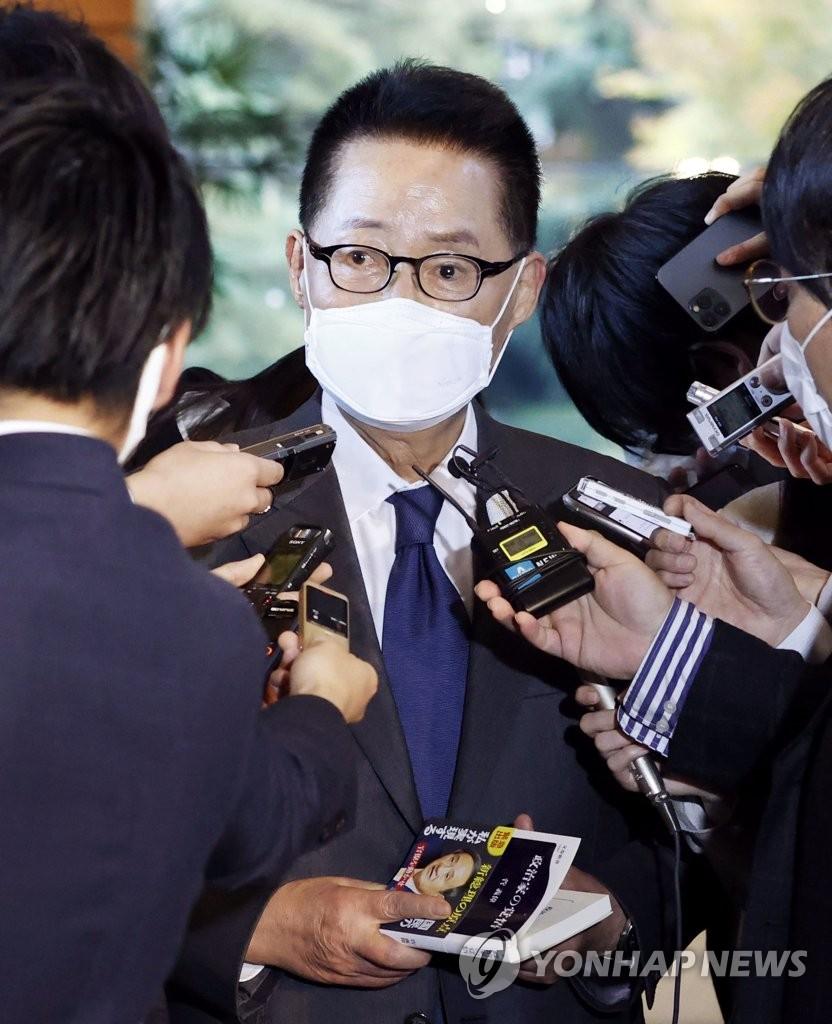 11月10日,正在日本访问的韩国国家情报院院长朴智元在日本首相官邸拜会日本首相菅义伟后接受媒体采访。 韩联社