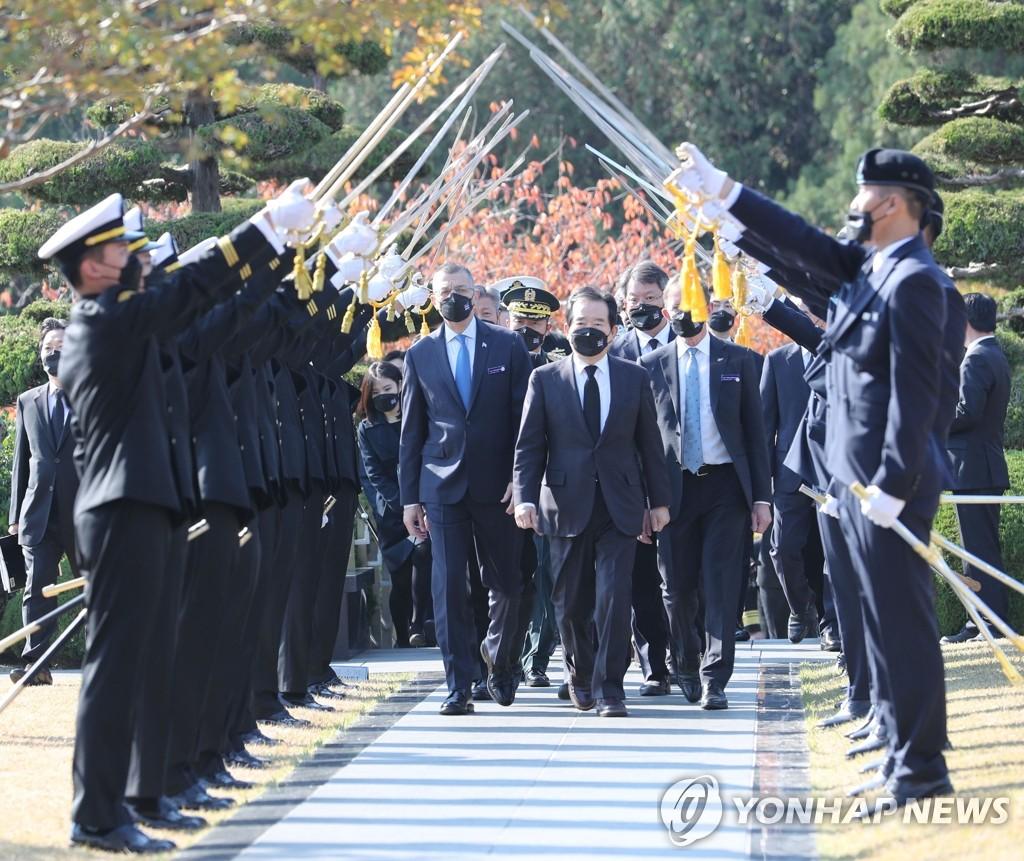 11月11日,国务总理丁世均前往釜山联合国纪念公墓追思阵亡烈士。 韩联社
