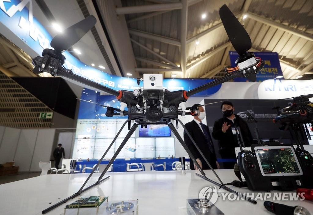 """资料图片:11月11日,在仁川松岛国际会展中心,一架治安管理用国产无人机亮相""""2020国际海洋安全大展""""。 韩联社"""