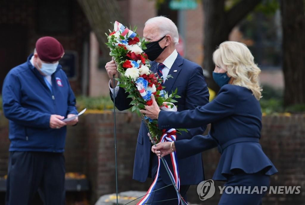 当地时间11月11日,在费城,乔·拜登(右二)和夫人吉尔·拜登向韩战纪念碑敬献花篮。当天是美国的退伍军人节。 韩联社/美联社(图片严禁转载复制)