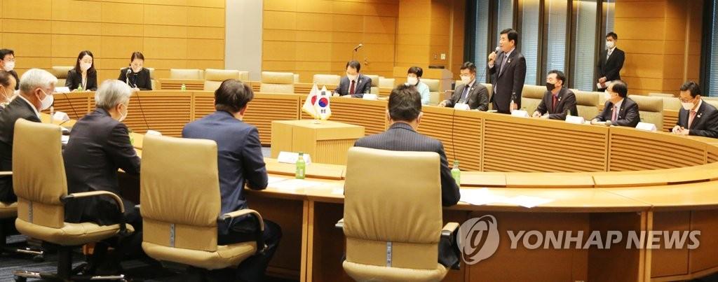 """11月12日,在日本众议院第一议员会馆,""""韩日议员联盟""""与""""日韩议员联盟""""举行联盟干事会。 韩联社"""
