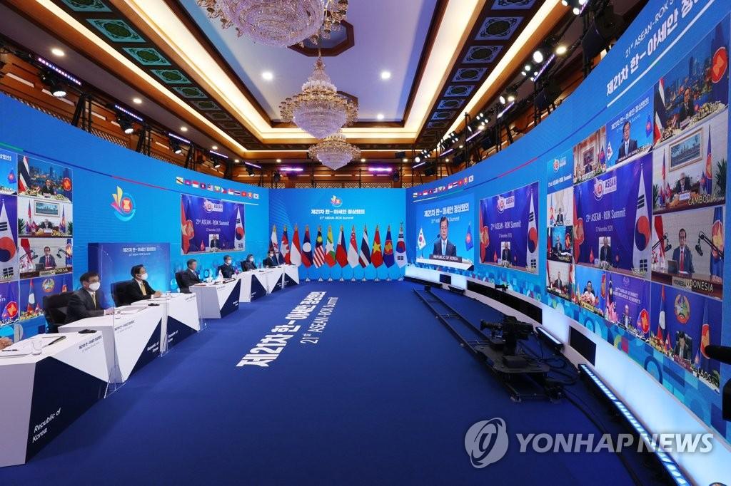 11月12日,文在寅在线出席第21届韩国-东盟峰会。韩联社