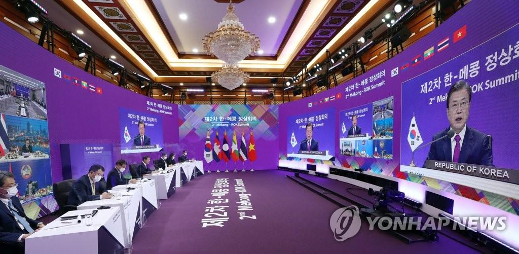 11月13日,在青瓦台,韩国总统文在寅在线出席第二届韩国与湄公河流域国家峰会并发言。 韩联社