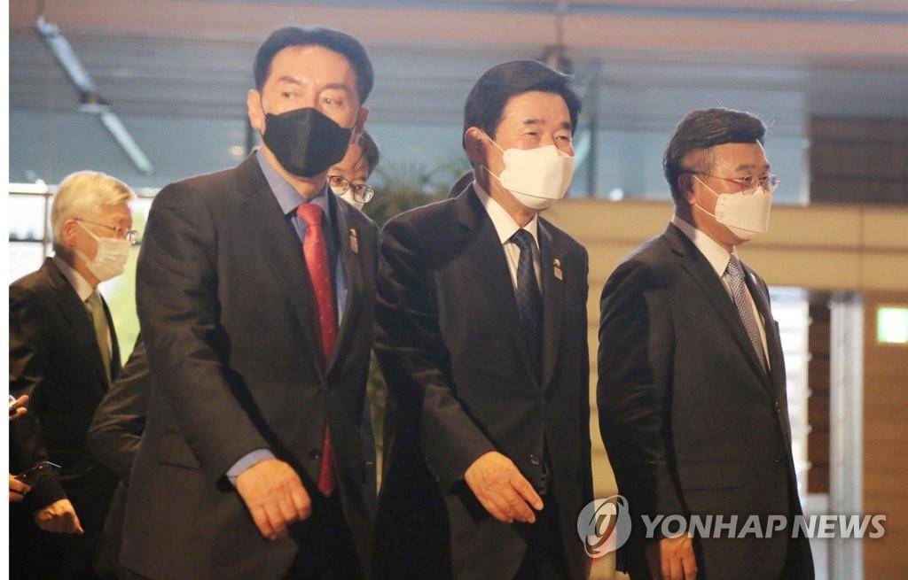详讯:韩国议员代表会见日本首相菅义伟