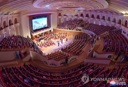 疫情下朝鲜剧场隔座观演引关注