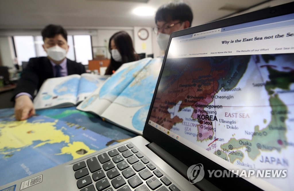 """资料图片:国际海道测量组织(IHO)日前决定不再以名称而是以编号标注海洋。图为韩国网络外交使团""""韩国之友""""(VANK)工作人员正在进行东海正名宣传工作。 韩联社"""
