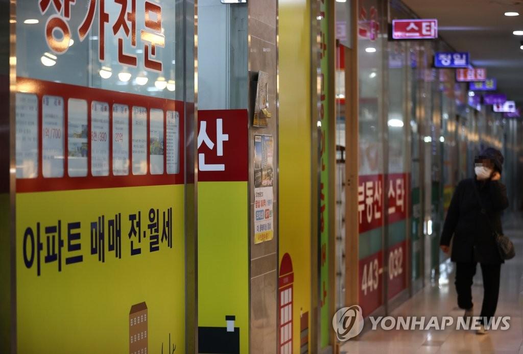 资料图片:首尔一小区内的房屋中介 韩联社