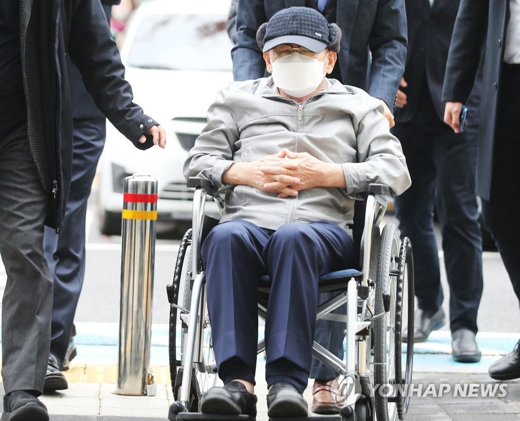 资料图片:去年11月18日,在水原地方法院,新天地教会总会长李万熙出庭受审。 韩联社
