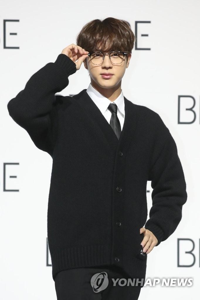11月20日,在首尔东大门设计广场,防弹少年团(BTS)举行新专辑《BE》(Deluxe Edition)全球记者会。图为成员Jin摆姿势供媒体拍照。 韩联社