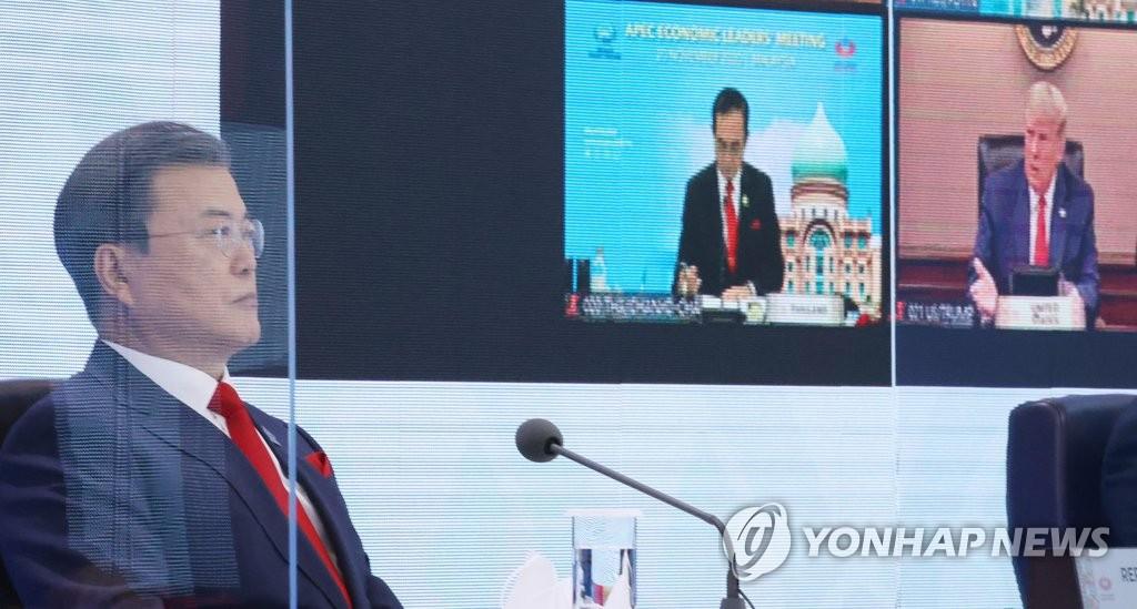11月20日,韩国总统文在寅(左)在首尔以视频方式出席亚太经合组织(APEC)第二十七次领导人非正式会议并发表讲话。 韩联社