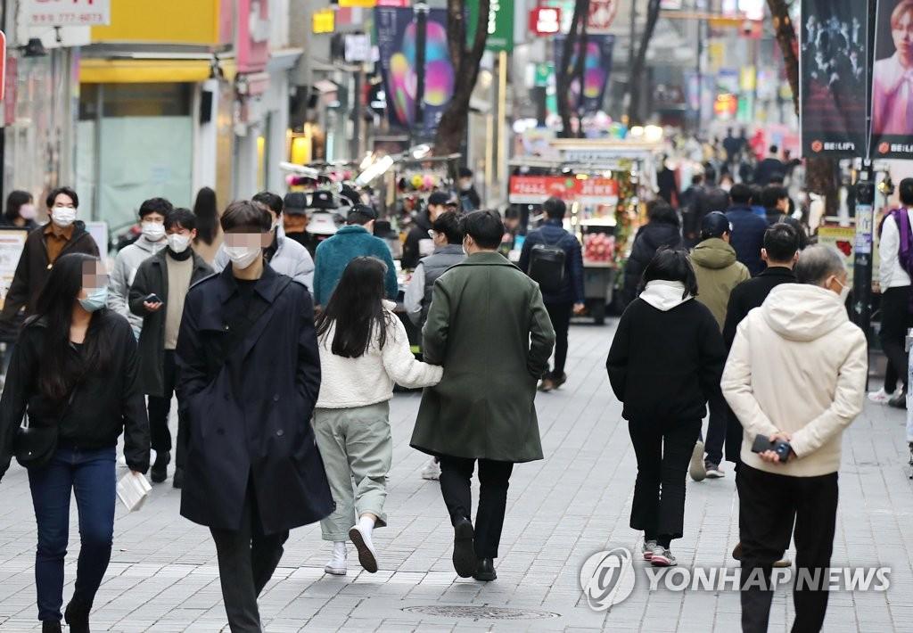 资料图片:11月22日,市民走在首尔明洞街头。 韩联社