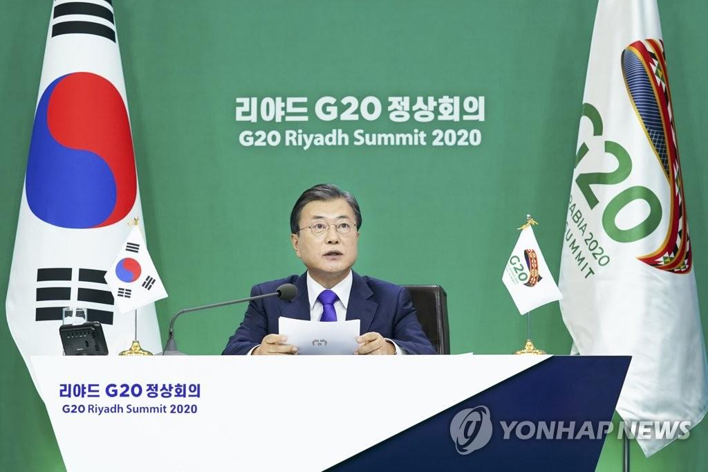 11月22日下午,在青瓦台,韩国总统文在寅以视频方式出席二十国集团(G20)领导人第十五次峰会第二阶段会议并发表重要讲话。 韩联社