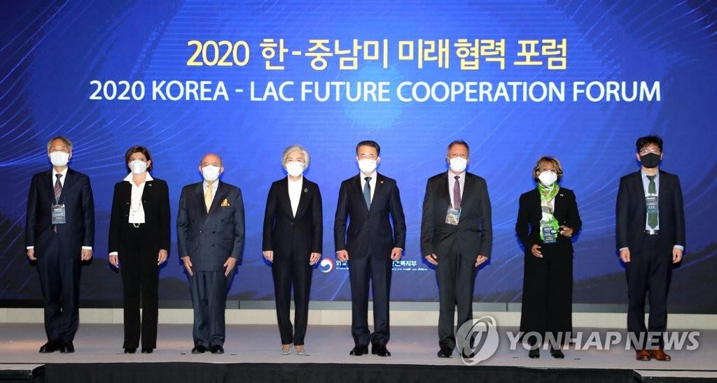 """11月23日,""""2020韩国和中南美未来合作论坛""""在首尔汝矣岛康莱德酒店举行,韩国外长康京和(左四)和保健福祉部长官朴凌厚(右四)同与会者合影留念。 韩联社"""