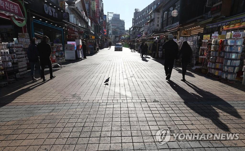 资料图片:首尔麻浦区弘益大学前一片冷清。 韩联社