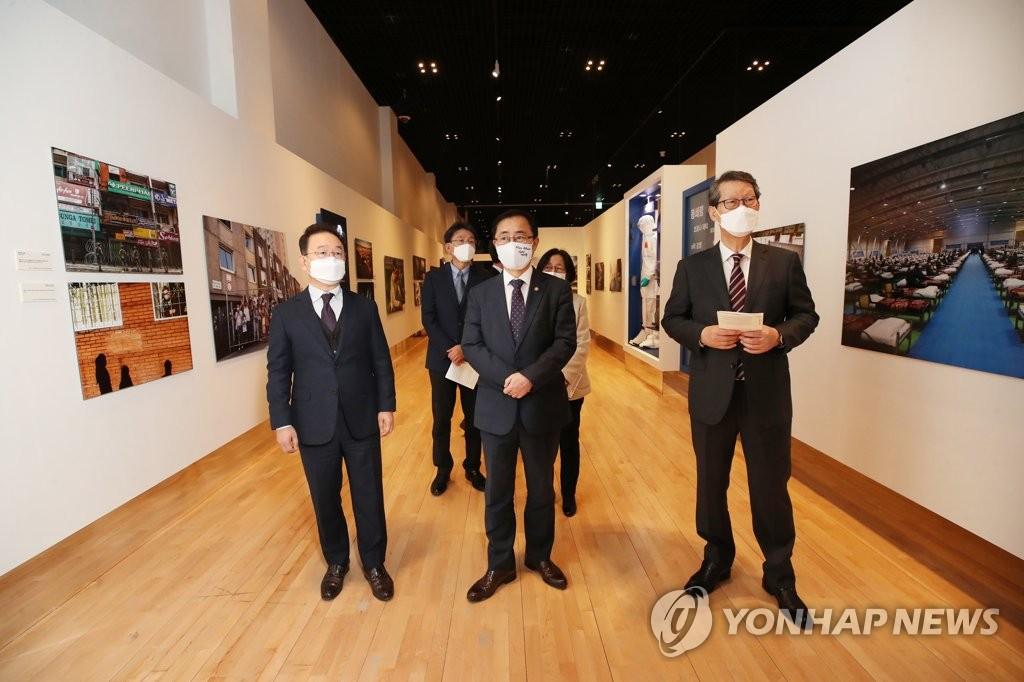 """11月24日,""""国际新闻图片展:直击新冠疫情一线""""在首尔钟路区的大韩民国历史博物馆开幕。 韩联社"""