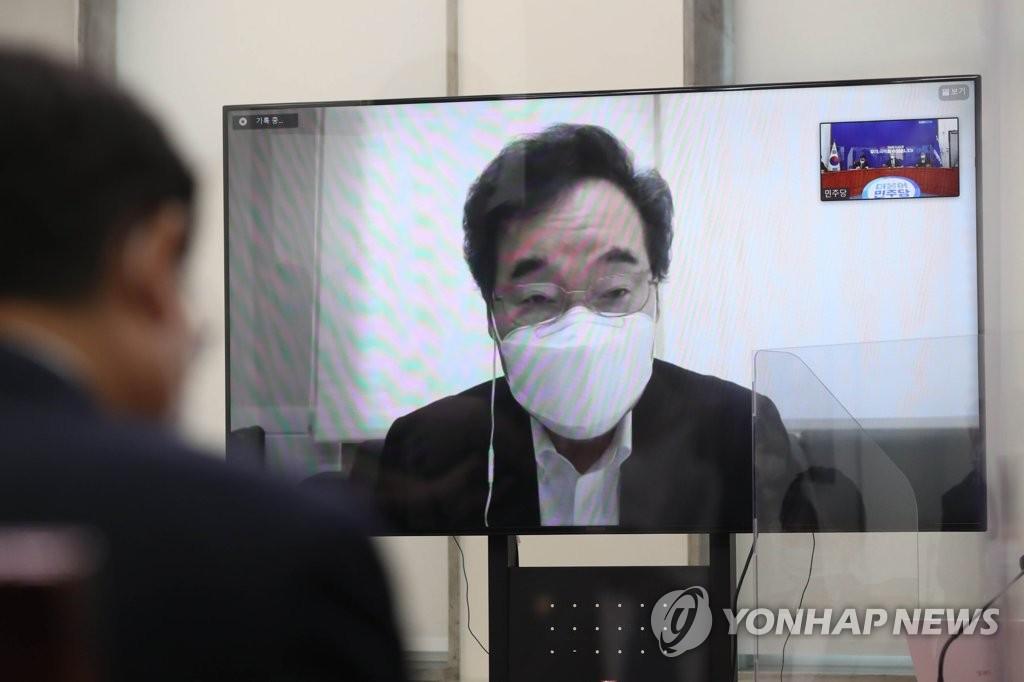 韩执政党首李洛渊向王毅致信送花