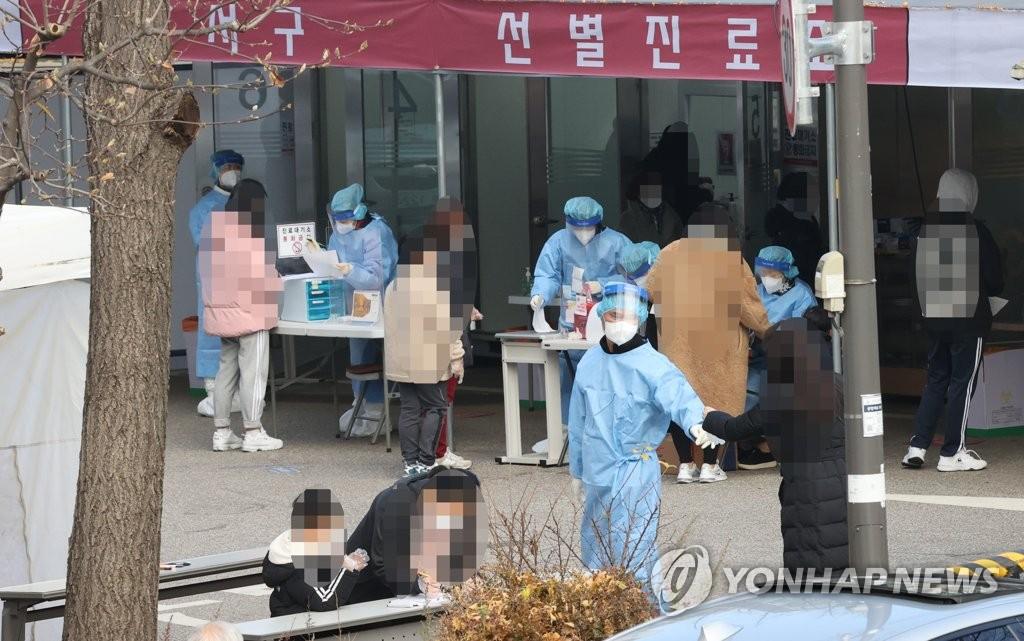 资料图片:11月26日,在设于首尔江西区卫生站的新冠筛查诊所,市民们前来接受病毒检测。 韩联社