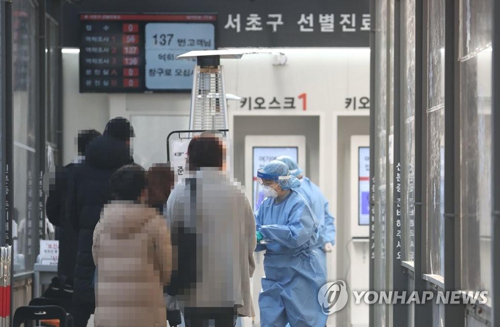 资料图片:11月26日,在设于首尔瑞草区卫生站的新冠筛查诊所,市民们前来接受病毒检测。 韩联社