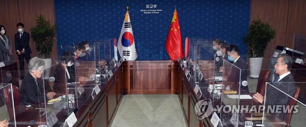 11月26日,在位于首尔市的外交部大楼,韩国外交部长官康京(左一)和到访的中国外交部长王毅(右一)举行会谈。 韩联社/联合摄影记者团