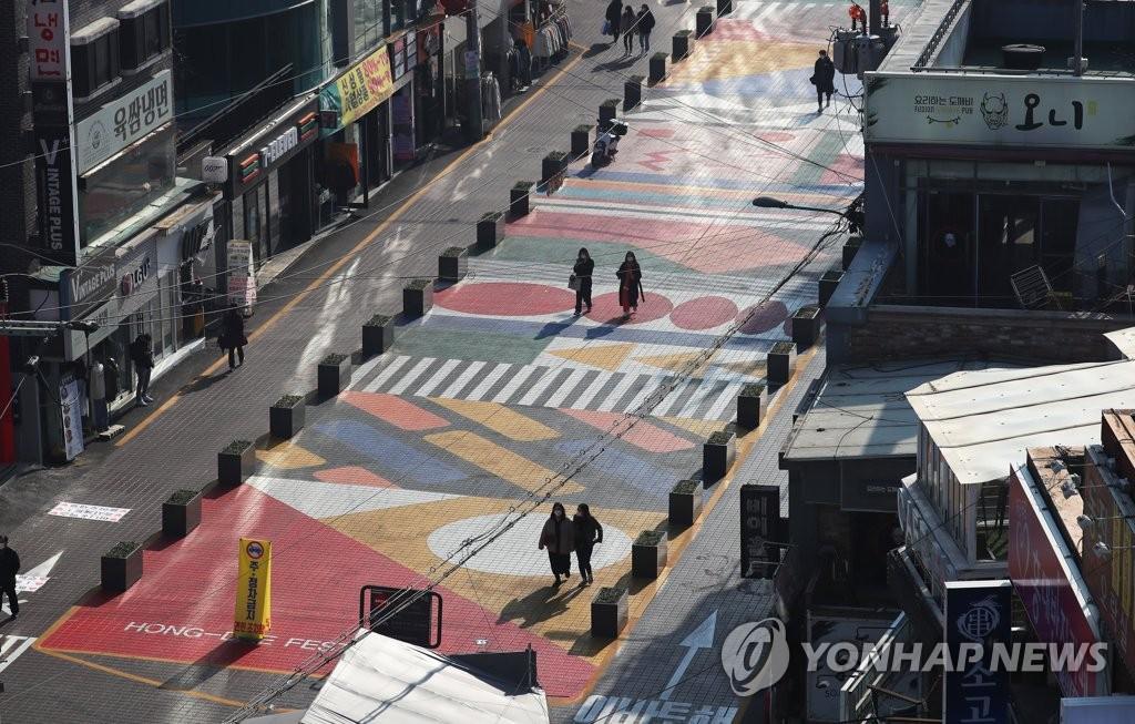 资料图片:11月26日下午,受新冠疫情第三波大流行影响,位于首尔市麻浦区的弘大街头一片萧条。当天,韩国单日新增病例超过500例。 韩联社