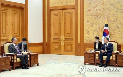 中国外长王毅拜会文在寅传递习近平口信
