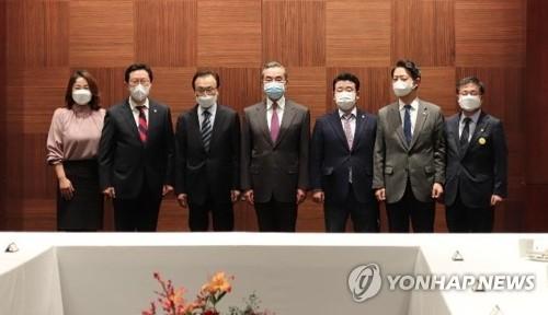 韩执政人士与王毅共进晚餐