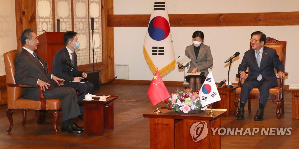 11月27日,在国会,韩国国会议长朴炳锡(右一)会见中国外交部长王毅(左一)。 韩联社