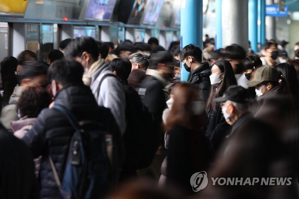 资料图片:11月27日,在首尔市九老区新道林地铁站,市民们搭乘地铁上班。据韩国中央防疫对策本部27日通报,前一天新增新冠确诊病例569例,连续两天超过500例。 韩联社