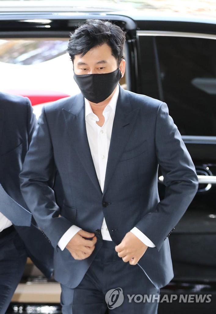 11月27日,在首尔西部地方法院,梁铉锡走向法庭。 韩联社