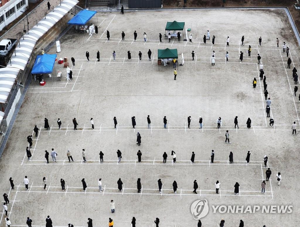 资料图片:排队候检 韩联社